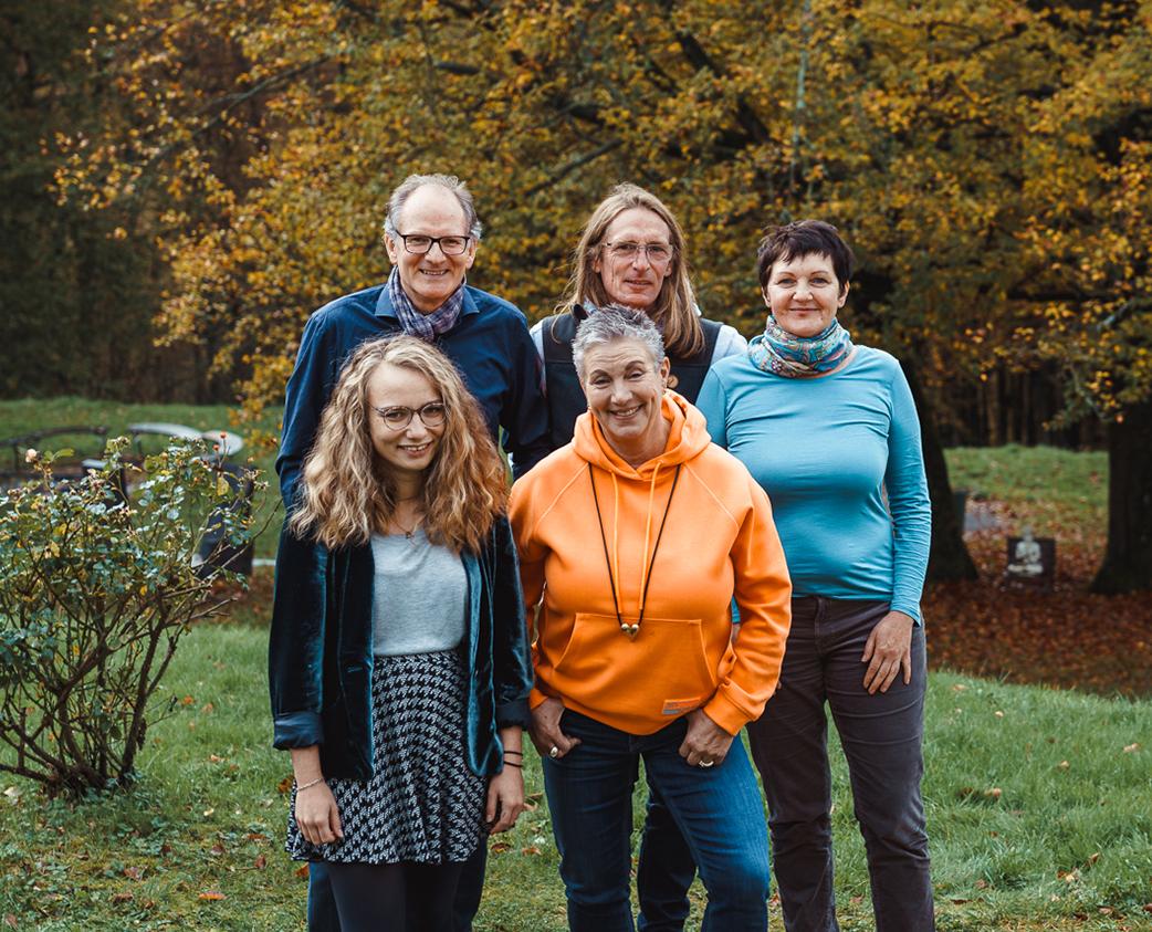 Das Foto zeigt das Team der KoFabrik. In der ersten Reihe, von links nach rechts: Tina Bergs und Barbara Schuhmacher. In der zweiten Reihe von links nach rechts: Henry Beierlorzer, Matthias Köllmann, Johanna Debik